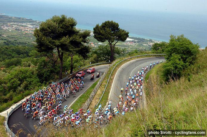 L'équipe Eti01team - Page 4 2008_giro_d_italia_peloton_stage4