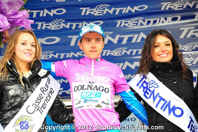 http://www.cyclingfans.net/2012/images/2012_giro_del_trentino_stage3_domenico_pozzovivo_colnago_leader_jersey_podium_girls1a.jpg