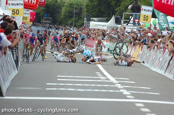 Surprenant, marrant et autres - Page 21 2010_tour_de_suisse_stage4_cavendish_haussler_crash5a